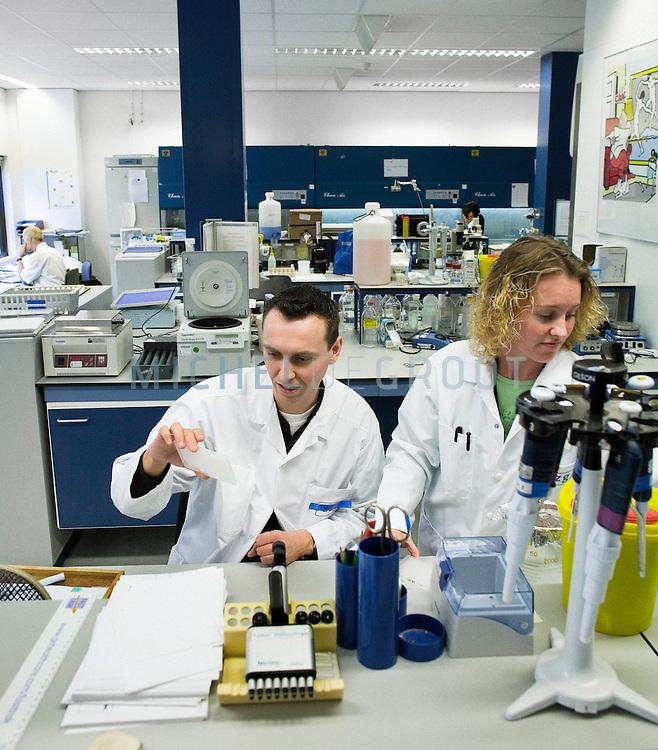 Leonie Veraar, studentredacteur van de UK werkt  doet een snuffelstage in het UMCG laboratorium. January 9, 2007 in Groningen, The Netherlands. (Photo by Michel de Groot)
