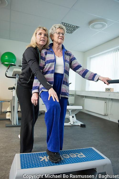 Trine Brix Thy, fysioterapeut, Arkadens Fysioterapi laver neuromuskulær træning med GLA:D-holdet. Foto: © Michael Bo Rasmussen / Baghuset. Dato: 21.02.13
