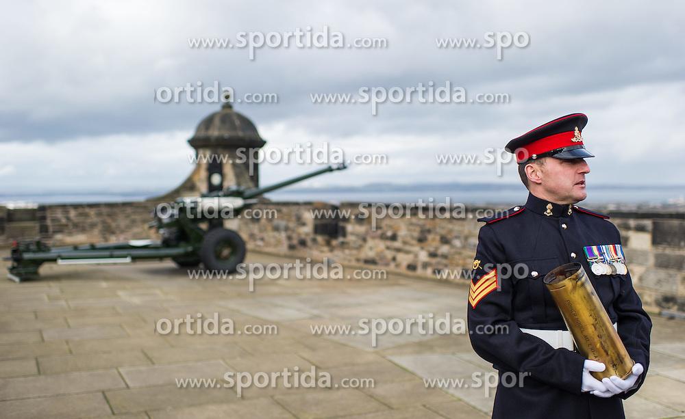 THEMENBILD - Offizier mit abgefeuerter Patrone. Die One O'Clock Gun (13-Uhr-Kanone) wird jeden Tag um 13:00 Uhr abgefeuert. Früher stellten die Seefahrer ihre Chronometer nach dem Signal. Schottlands Hauptstadt Edinburgh ist die zweitgrößte Stadt Schottlands. Aufgenommen am 27.10.2014 in Edinburgh, Schottland // One O'Clock Gun. Edinburgh, capital city of scotland. Edinburgh, Scotland on 2014/10/27. EXPA Pictures © 2014, PhotoCredit: EXPA/ Michael Gruber