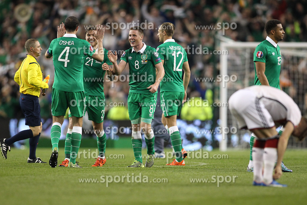 08.10.2015, Avia Stadium, Dublin, IRL, UEFA Euro Qualifikation, Irland vs Deutschland, Gruppe D, im Bild Kapitaen John O?Shea (Irland #4), Jeff Hendrick (Irland #21), James McArthur (Irland #8) und David Meyler (Irland #12) feiern den Sieg // during the UEFA EURO 2016 qualifier group D match between Ireland and Germany at the Avia Stadium in Dublin, Ireland on 2015/10/08. EXPA Pictures &copy; 2015, PhotoCredit: EXPA/ Eibner-Pressefoto/ Risto Bozovic<br /> <br /> *****ATTENTION - OUT of GER*****