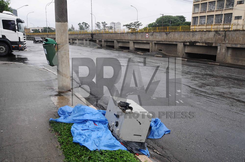 SAO PAULO, SP, 03 JANEIRO 2013 - COFRE DEIXADO EM RUA DE SAO PAULO - Um cofre com sinais de arrombamento foi abandonado na Avenida do Estado, na altura do nº 6020, sentido Via Anchieta. Segundo testemunhas, o cofre foi deixado no local no início da manhã de hoje. (FOTO: ADRIANO LIMA / BRAZIL PHOTO PRESS).