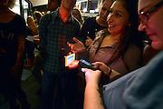Nederland, Nijmegen, 1-10-2014De nieuwe poptempel van Nijmegen wordt vandaag officieel in gebruik genomen. Burgemeester Hubert Bruls houdt een praatje, en tweede generatie Doornroosje verhuist symbolisch in een fles de geest van de oude locatie naar de nieuwe. Met optredens van o.a. De Staat en Going back to the zoo. Doornroosje begon in 1970 als alternatief jongerencentrum en groeide uit tot een van de meest toonaangevende podia van Nederland voor popmuziek en vernieuwende moderne muziek. Het nieuwe complex is bekostigd doordat erboven door de SSHN studentenflats en studentenkamers gebouwd zijn. Het scannen van de barcode die via internet verkregen is. Ook op de smartphone.FOTO: FLIP FRANSSEN/ HOLLANDSE HOOGTE