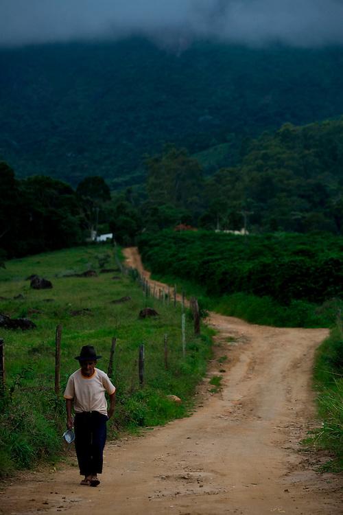 Alto Caparao_MG, Brasil...Idoso em uma estrada de terra em Alto Caparao...The elderly in the land road in Alto Caparao...Foto: BRUNO MAGALHAES / NITRO