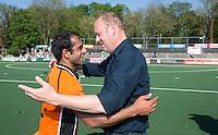 AMSTELVEEN -  Michel van den Heuvel van OZ met Rashid Mehmood van OZ   na de beslissende finalewedstrijd om het Nederlands kampioenschap hockey tussen de mannen van Amsterdam en Oranje Zwart (2-3).  COPYRIGHT KOEN SUYK