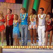 NLD/Hilversum/20070302 - 8e Live uitzending SBS Sterrendansen op het IJs 2007, alle deelnemers wachtend op de uitslag
