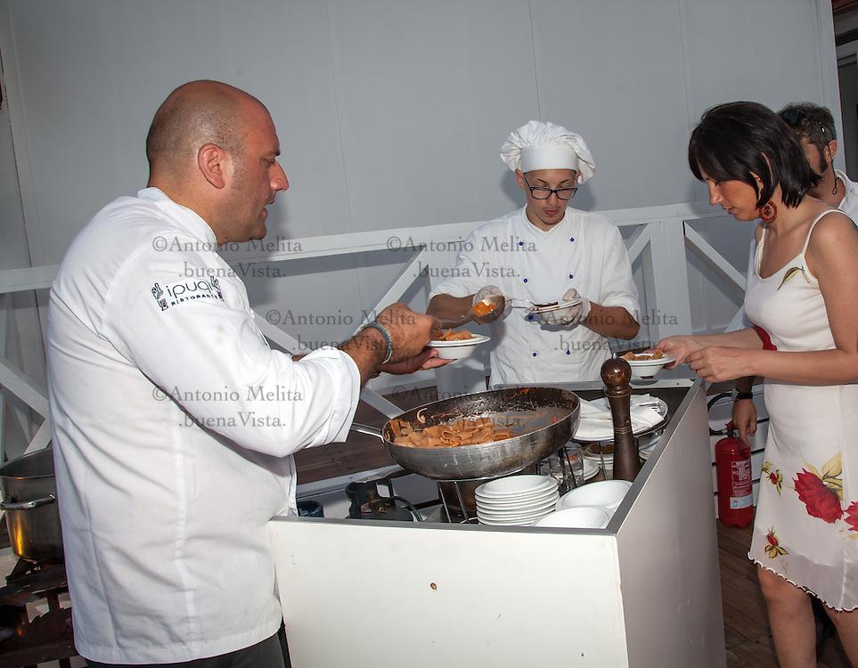 Tony Lo Coco, chef del ristorante i Pupi di Bagheria, una Stella Michelin, durante un servizio di catering.