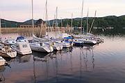 Boote auf dem Wasser an der Staumauer, Edersee, Nordhessen, Hessen, Deutschland   boats on water near dam, Lake Eder, Hesse, Germany