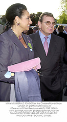 MR & MRS GERALD RONSON at the Chelsea Flower Show, London on 21st May 2001.	OOJ 38