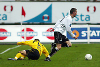 Fotball, 21. april 2002. Tippeligaen, Sogndal v  Start. Fosshaugane. Anders Stadheim, Sogndal, lurer Steinar Pedersen, Start.