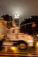 New York . traffic on 23rd street and fifth avenue . the empire state building  in the smog at night New York - United states  / traffic sur la cinquieme avenue la nuit. l empire state building  dans la brume la nuit   New york - Etats-unis