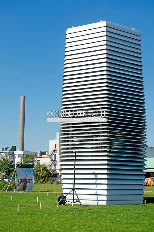 11-9-2015 ROTTERDAM - Sinds maandag staat in Rotterdam een toren de lucht te zuiveren. De 'Smog Free Tower' is van Daan Roosegaarde, een Nederlandse ontwerper. De toren haalt fijnstofdeeltjes uit de lucht. Van de opgevangen roet worden sieraden gemaakt.  COPYRIGHT ROBIN UTRECHT