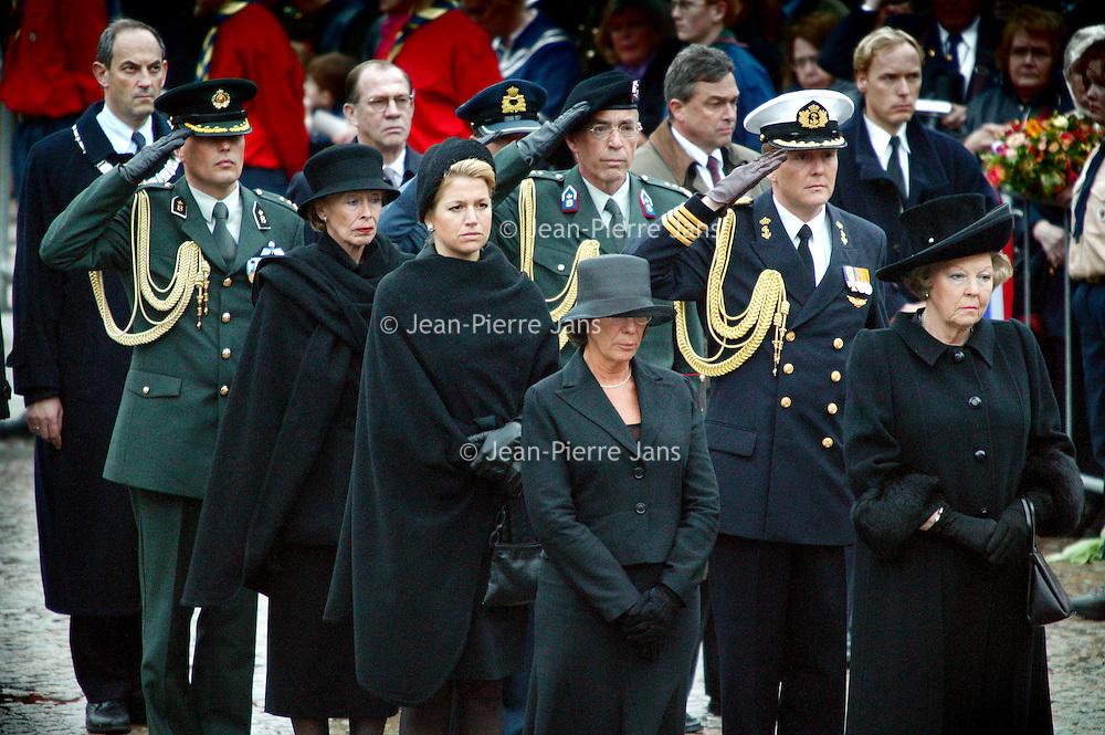 Nederland.Amsterdam.4 mei 2004..Koningin Beatrix en andere leden van het Koninklijkhuis incluis burgemeester Job Cohen luisteren naar de speech tijdens de dodenherdenking op de Dam...
