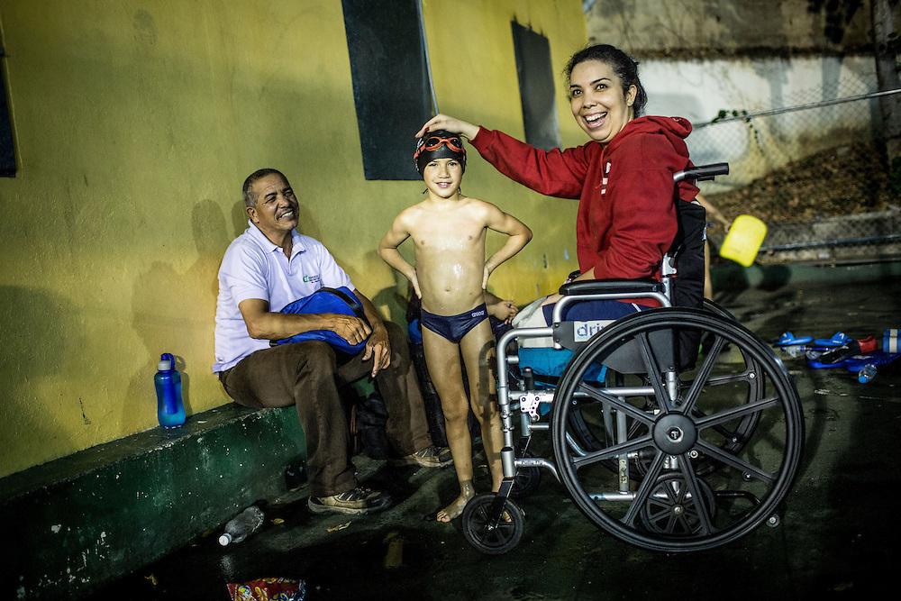 Zarevitz Camacho (d) juega con un niño de la natación mientras espera el inicio de sus clases junto a su padre, César Camacho (i). Caracas, 08 de mayo de 2014. (Foto/Ivan Gonzalez)