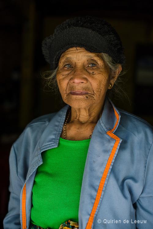 Portret van een oude vrouw bij haar huis in het Parahyangan berggebied, West Java.