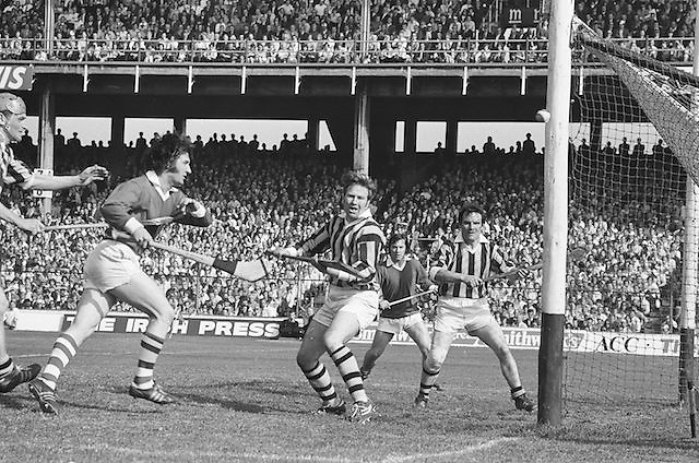 Cork attempts to score a goal but the ball goes wide during at the All Ireland Senior Hurling Final, Cork v Kilkenny in Croke Park on the 3rd September 1972. Kilkenny 3-24, Cork 5-11.