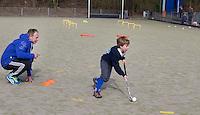 VELP - Martijn Verkerk geeft Hockey clinic van GoGrip op de velden van de Arnhemse Hockey Club. COPYRIGHT KOEN SUYK