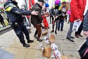 Nederland, Nijmegen, 10-3-2018 Demonstratie en tegendemonstratie bij het station in het centrum van de stad . Een groep demonstranten van de katholieke stichting Civitas Christiana tegen de zoenposter van kledingmerk suitsupply tegenover een groep die voor de gelijke rechten van homos zijn. De politie greep in toen een van de demonstranten tegen de posters fysiek werd belaagd door activisten van de tegendemonstratie. Hem werd een doos met flyers uit de hand geslagen en een handvol confetti in het gezicht gedrukt. Foto: Flip Franssen