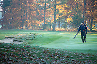 LOCHEM - Greenkeeper met bladblazer. Herfst op de Lochemse Golfclub, De Graafschap. COPYRIGHT KOEN SUYK