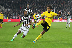 24.02.2015, Veltins Arena, Turin, ITA, UEFA CL, Juventus Turin vs Borussia Dortmund, Achtelfinale, Hinspiel, im Bild l-r: im Zweikampf, Aktion, mit Patrice Evra #33 (Juventus Turin) und Pierre-Emerick Aubameyang #17 (Borussia Dortmund) // during the UEFA Champions League Round of 16, 1st Leg match between between Juventus Turin and Borussia Dortmund at the Veltins Arena in Turin, Italy on 2015/02/24. EXPA Pictures © 2015, PhotoCredit: EXPA/ Eibner-Pressefoto/ Kolbert<br /> <br /> *****ATTENTION - OUT of GER*****