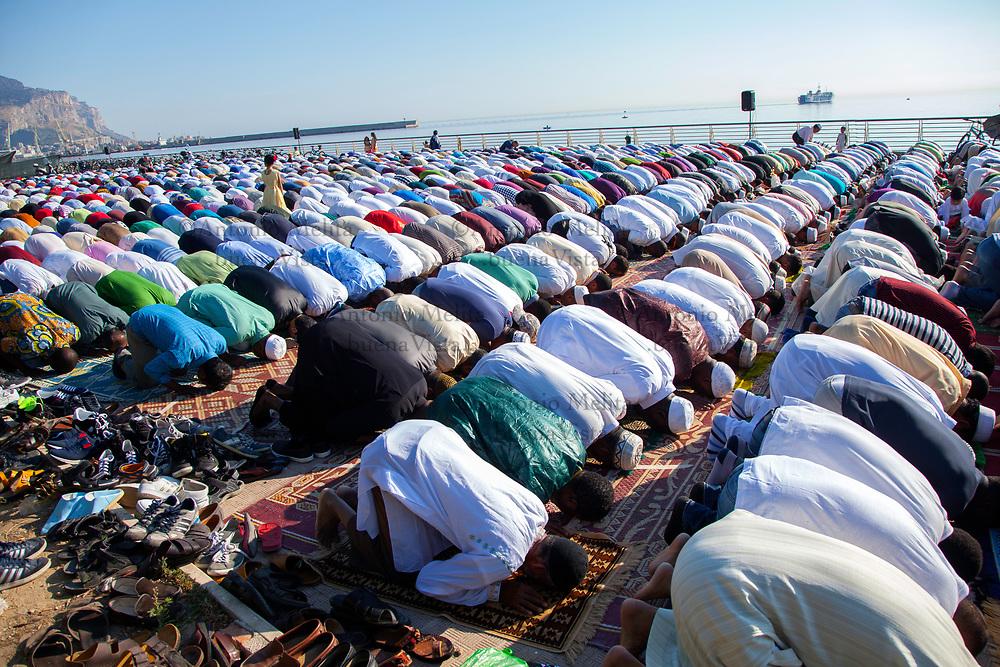 Centinaia di musulmani hanno celebrato, pregando a Palermo, la fine del mese di Ramadan.