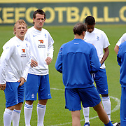 NLD/Hoenderloo/20060603 - Training Nederlands Eltal, Khalid Boularouz, Dirk Kuyt, Jan Vennegoor of Hesselink en Kew Jaliens luisteren naar bondscoach Marco van Basten