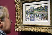 Nederland, Otterlo, 24-5-2014De tentoonstelling Seurat, Meester van het pointillisme in het Kröller-Müller Museum in het nationaal park de Hoge Veluwe. De tentoonstelling vindt plaats vanwege de viering van het 75-jarig jubileum van het museum. De Franse kunstenaar, kunstschilder George Seurat was de meester van het pointillisme.De vrouw in beeld is echtgenoot van de fotograaf.Foto: Flip Franssen/Hollandse Hoogte