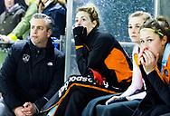 HUIZEN - hoofdklasse competitie dames, Huizen-Groningen . Willemijn Bos (Gron.) met coach Marc Materek (Gron.)  COPYRIGHT KOEN SUYK