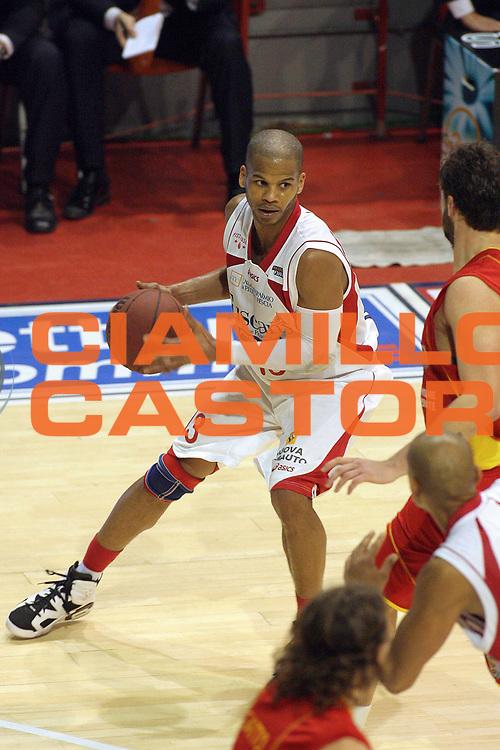DESCRIZIONE : Pistoia Lega A2 2010-11 Tuscany Pistoia Prima Veroli<br /> GIOCATORE : Forte Joseph<br /> SQUADRA : Tuscany Pistoia<br /> EVENTO : Campionato Lega A2 2010-2011<br /> GARA : Tuscany Pistoia Prima Veroli<br /> DATA : 06/01/2011<br /> CATEGORIA : Palleggio<br /> SPORT : Pallacanestro<br /> AUTORE : Agenzia Ciamillo-Castoria/Stefano D'Errico<br /> Galleria : Lega Basket A2 2010-2011 <br /> Fotonotizia : Pistoia Lega A2 2010-2011 Tuscany Pistoia Prima Veroli<br /> Predefinita :