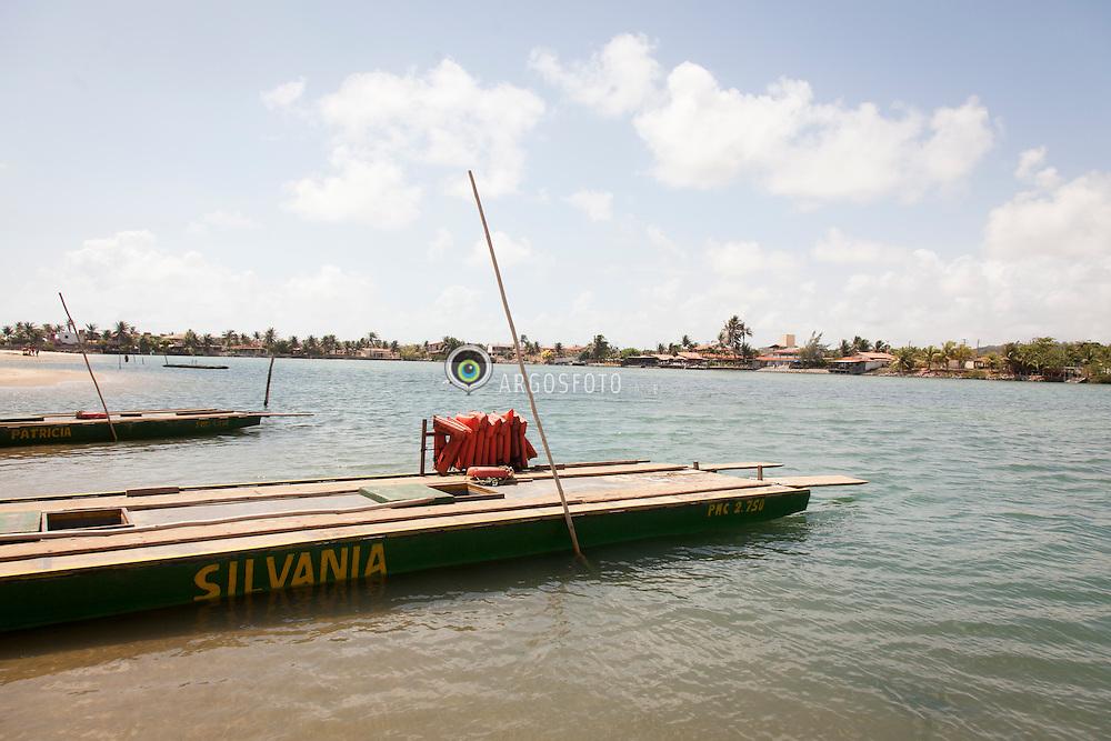 Balsa em Barra do Rio Ceara Mirim, Genipabu para Pitangui./ Ferry at Barra do Rio Ceara Mirim, Genipabu to Pitangui. Rio Grande do Norte, Brasil - 2013