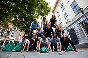 Studenten maken een menselijke piramide. In Utrecht de introductiedagen, onder de noemer UIT, van start gegaan. Eerstejaars studenten maken onder begeleiding van ouderejaars kennis met elkaar en de stad waar ze gaan studeren<br /> <br /> In Utrecht new students meet each other and the city during the introduction week.