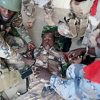 10/02/2013. Gao. Mali. Combats armés entre militaires maliens et des Djihadistes qui avaient pris le commissariat de Gao. Un soldat de l'armée malienne est bléssé suite à un lancement de grenade de son propre camp. ©Sylvain Cherkaoui/ Cosmos pour Le Monde