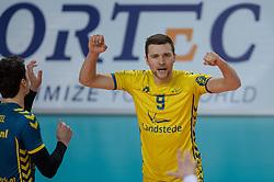 21-02-2016 NED: Bekerfinale Abiant Lycurgus - Landstede Volleybal, Almere<br /> Lycurgus viert een feestje als zij de Nationale beker winnen door Landstede Volleybal met 3-1 te verslaan / Tom van den Boogaard #9
