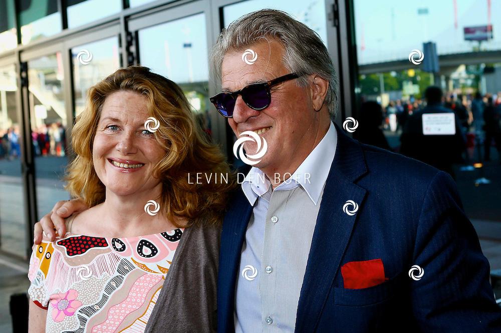 AMSTERDAM - Niet eerder trad de 71-jarige theaterdiva Barbra Streisand op in Nederland. Ze doet Nederland aan in het kader van haar tournee Barbra Streisand Live. Velen bekende Nederlanders kwamen natuurlijk hier een kijkje nemen. Met op deze foto Jeroen Krabbé en Betty Schuurman. FOTO LEVIN DEN BOER - PERSFOTO.NU