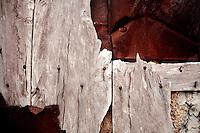 Reportage sul comune di Alessano per il progetto propugliaphoto..Portale d'ingresso a sud del recinto della masseria fortificata di Santa Lucia. Vecchi assi in legno e lamiere arruginite tamponano l'apertura architravata..Macurano è un villaggio rupestre considerato un luogo di scambio e commercio, simbolo della cultura dell'olio per la presenza ad oggi di alcune tracce nelle grotte e di frantoi funzionanti nella zona. L'insediamento è caratterizzato da una serie di grotte sia naturali che scavate nel calcare, cisterne per la raccolta dell'acqua, sistemi di canalizzazione che scendono da Montesardo, viottoli, scalette e vie più larghe con antiche tracce di carri..Si ritiene che in questo sito, un vero e proprio centro abitato ben organizzato distante circa quattro km dalla costa, i monaci basiliani scappati dall'oriente in seguito alla lotta iconoclasta, trovarono rifugio e si dedicarono all'agricoltura..L'area del villaggio rupestre fu sicuramente sfruttata in epoche successive, lo prova l'esistenza di ben tre masserie di cui una fortificata e i resti di una serie di costruzioni che fanno parte dei numerosi esempi di architettura rurale presenti in questo territorio. .Il complesso masserizio, denominato Macurano, edificato probabilmente nel Cinquecento include la Masseria di Santa Lucia e la cappella di Santo Stefano. La Masseria è dominata dal nucleo originario, ovvero dalla torre cinquecentesca coronata da beccatelli a sostegno del parapetto aggettante del terrazzo sommitale.
