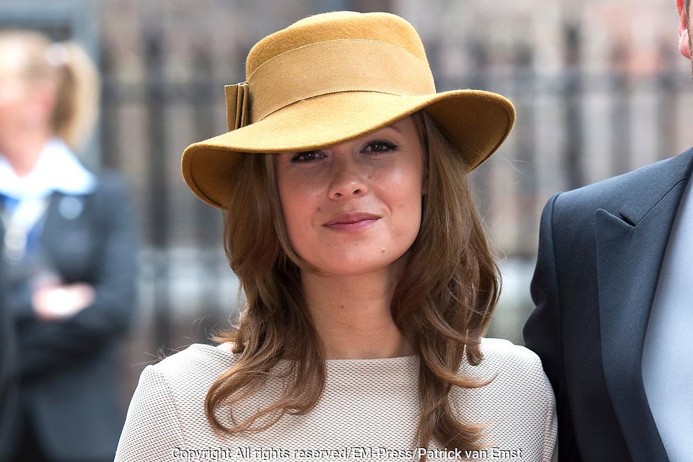 Prinsjesdag - Aankomst politici bij de Ridderzaal. Zoals ieder jaar ging Prinsjesdag ook dit keer weer gepaard met hoedjes in allerlei soorten en maten.<br /> <br /> Op de foto / On the photo: <br />  Klaas Dijkhoff  en partner