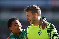 FUSSBALL     1. BUNDESLIGA      29. SPIELTAG    SAISON 2016/2017  SV Werder Bremen - Hamburger SV                   16.04.2017 Freude nach dem Abpfiff: Serge Gnabry und Torwart Felix Wiedwald (v.l., beide SV Werder Bremen)