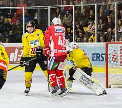 16.04.2019, Stadthalle, Klagenfurt, AUT, EBEL, EC KAC vs Vienna Capitals, Finale, 2. Spiel, im Bild Patrick MULLEN (spusu Vienna CAPITALS, #77), Johannes BISCHOFBERGER (EC KAC, #46), Jean-Philippe Amoureux, (spusu Vienna CAPITALS, #1) // during the Erste Bank Icehockey 2nd final match between EC KAC and Vienna Capitals at the Stadthalle in Klagenfurt, Austria on 2019/04/16. EXPA Pictures © 2019, PhotoCredit: EXPA/ Gert Steinthaler