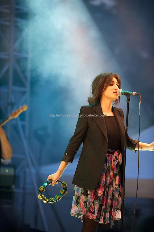 Came?lia Jordana Aliouane in concert, paris Juin 2011 fete de la misique.