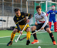 AMSTELVEEN -  Sebastian Dockier (Den Bosch) met Wiegert Schut (Adam)    tijdens de competitie hoofdklasse hockeywedstrijd mannen, Amsterdam- Den Bosch (2-3).  COPYRIGHT KOEN SUYK