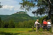 Koenigstein, Menschen auf Bank, Saechsische Schweiz, Elbsandsteingebirge, Sachsen, Deutschland.|.Saxon Switzerland, Koenigstein, people sittig on a banquette, Saxony, Germany