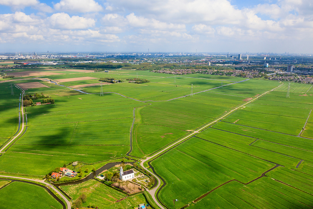 Nederland, Zuid-Holland, Gemeente Bernisse, 09-05-2013; Simonshaven, protestants kerkje met begraafplaats (oorlogsgraven). Platteland van het eiland Putten, skyline Rotterdam Spijkenisse en Hoogvliet.<br /> Village church with war cemetery, Rotterdam region, skyline Rotterdam..<br /> <br /> luchtfoto (toeslag op standard tarieven)<br /> aerial photo (additional fee required)<br /> copyright foto/photo Siebe Swart