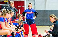 AMSTERDAM  - keeper Marsha Zwezereijn (SCHC) tijdens het starttoernooi zaalhockey in Sporthallen Zuid. links Lot Paats (manager)  COPYRIGHT KOEN SUYK