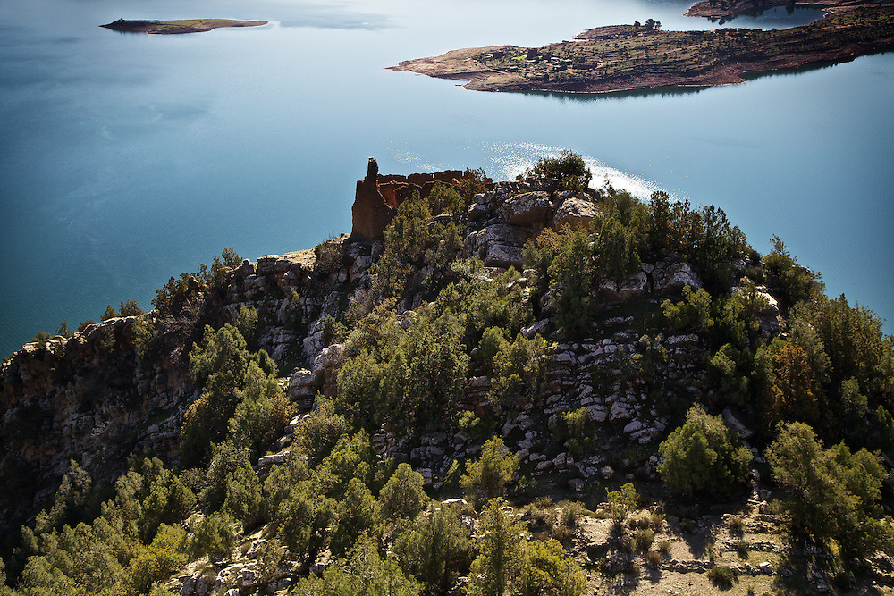 If you feel like some fresh air far from other people and the pollution of a city, <br /> there is nowhere more stunning than a gentle trek to the top of the peaks<br /> surrounding Lake Bin el Ouidane, Morocco.