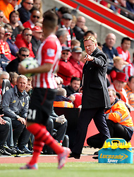 Southampton Manager, Ronald Koeman points at Southampton's Ryan Bertrand - Photo mandatory by-line: Robbie Stephenson/JMP - Mobile: 07966 386802 - 25/04/2015 - SPORT - Football - Southampton - ST Marys Stadium - Southampton v Tottenham Hotspur - Barclays Premier League