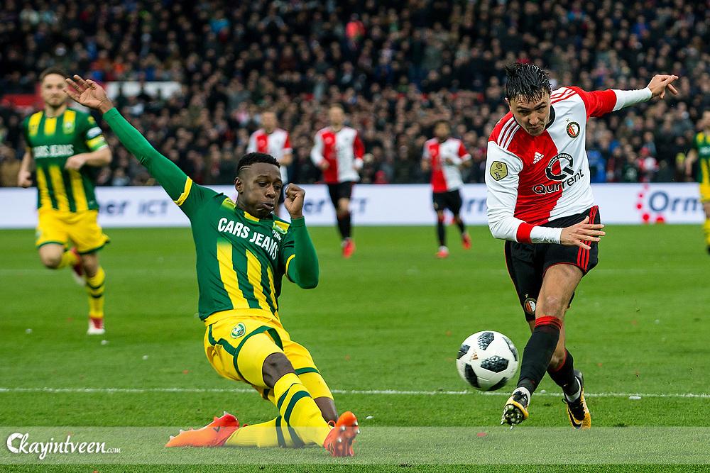 ROTTERDAM - Feyenoord - ADO Den Haag , Voetbal , Seizoen 2017/2018 , Eredivisie , Stadion Feijenoord de Kuip , 28-01-2018 , eindstand 3-1 , Feyenoord speler Steven Berghuis (r) stuit op ADO Den Haag speler Shaquille Pinas (l)