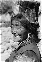 "Inde. Province du Jammu Cachemire. Ladakh. Femme portant le chapeau traditionel le ""Tibi"" // India. Jamu and Kashmir province. Woman with traditional hat, the ""tibi""."