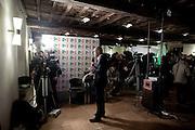 ROMA. UN GIORNALISTA DURANTE UNA DIRETTA TELEVISIVA DALLA SEDE DEL PARTITO DEMOCRATICO IN OCCASIONE DELLE PRIMARIE