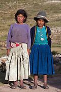 Isla del Sol (I?le du Soleil) est une i?le situe?e dans le lac Titicaca en Bolivie. La plus grande partie de l'i?le est peuple?e d'indiens d'origine quechua et aymara lesquels s'occupent d'artisanat et d'e?levage. Ici, deux jeunes berge?res de familles modestes rencontre?es au bord du sentier de randonne?e qui fait le tour de l'i?le.......