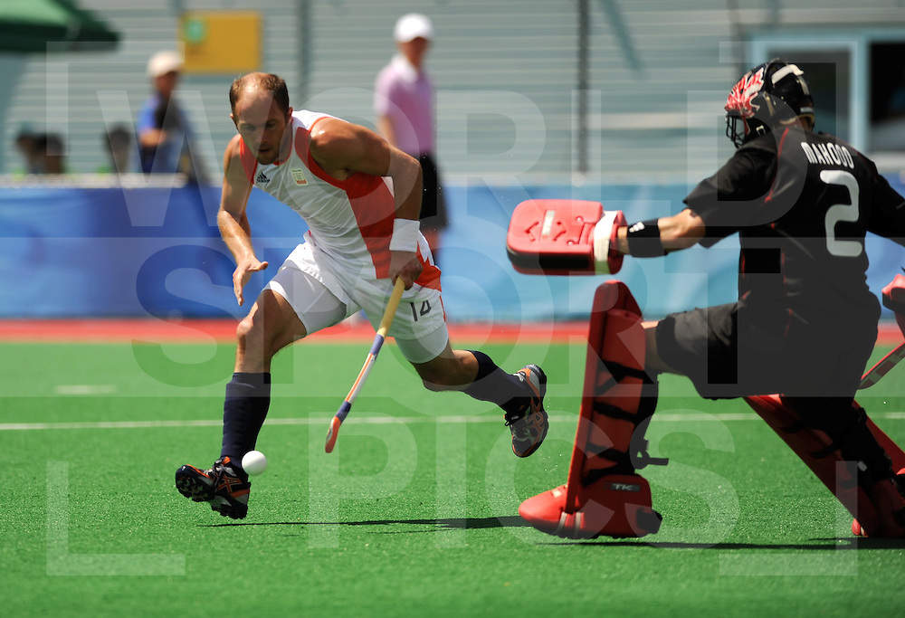 Beijing Olympic Green Hockey Stadium - Hockey.Netherlands - Canada men 4-2.Teun de Nooijer trekt om doleman Michael Mahood heen..photo:wsp/Frank Uijlenbroek.
