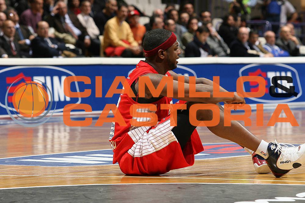 DESCRIZIONE : Bologna Final Eight 2008 Quarti di Finale Montepaschi Siena Scavolini Spar Pesaro<br /> GIOCATORE : Ronald Slay <br /> SQUADRA : Scavolini Spar Pesaro<br /> EVENTO : Tim Cup Basket For Life Coppa Italia Final Eight 2008 <br /> GARA : Montepaschi Siena Scavolini Spar Pesaro<br /> DATA : 07/02/2008 <br /> CATEGORIA : Delusione<br /> SPORT : Pallacanestro <br /> AUTORE : Agenzia Ciamillo-Castoria/M.Marchi